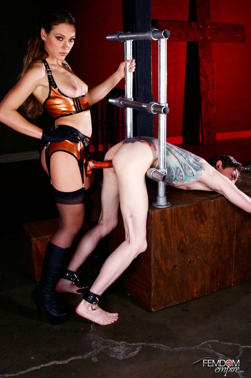 Mistress Callie Calypso takes her marionette bitch's butt with her strap-on meatpipe.