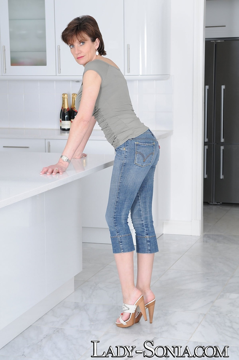 Gal Sonia gucci and jeans